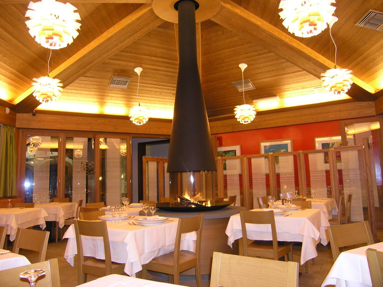 Interessante arredamento ristorante rustico qi43 pineglen for Arredamento pizzeria moderno